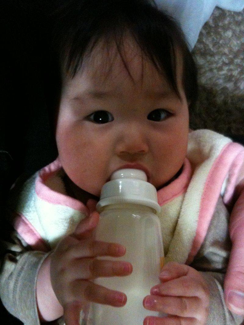 自分で哺乳瓶を持つようになりました。