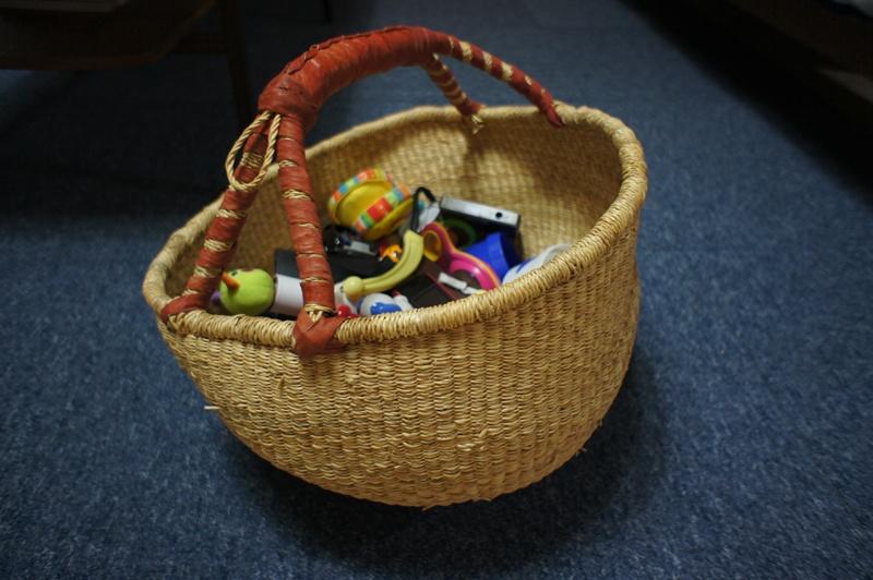 赤ちゃんのおもちゃ入れにブルキナバスケット。